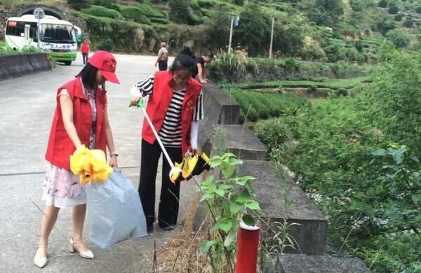 长乐镇青年志愿者巡河护水