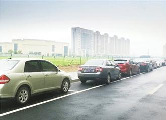 私家车停放整齐彰显文明