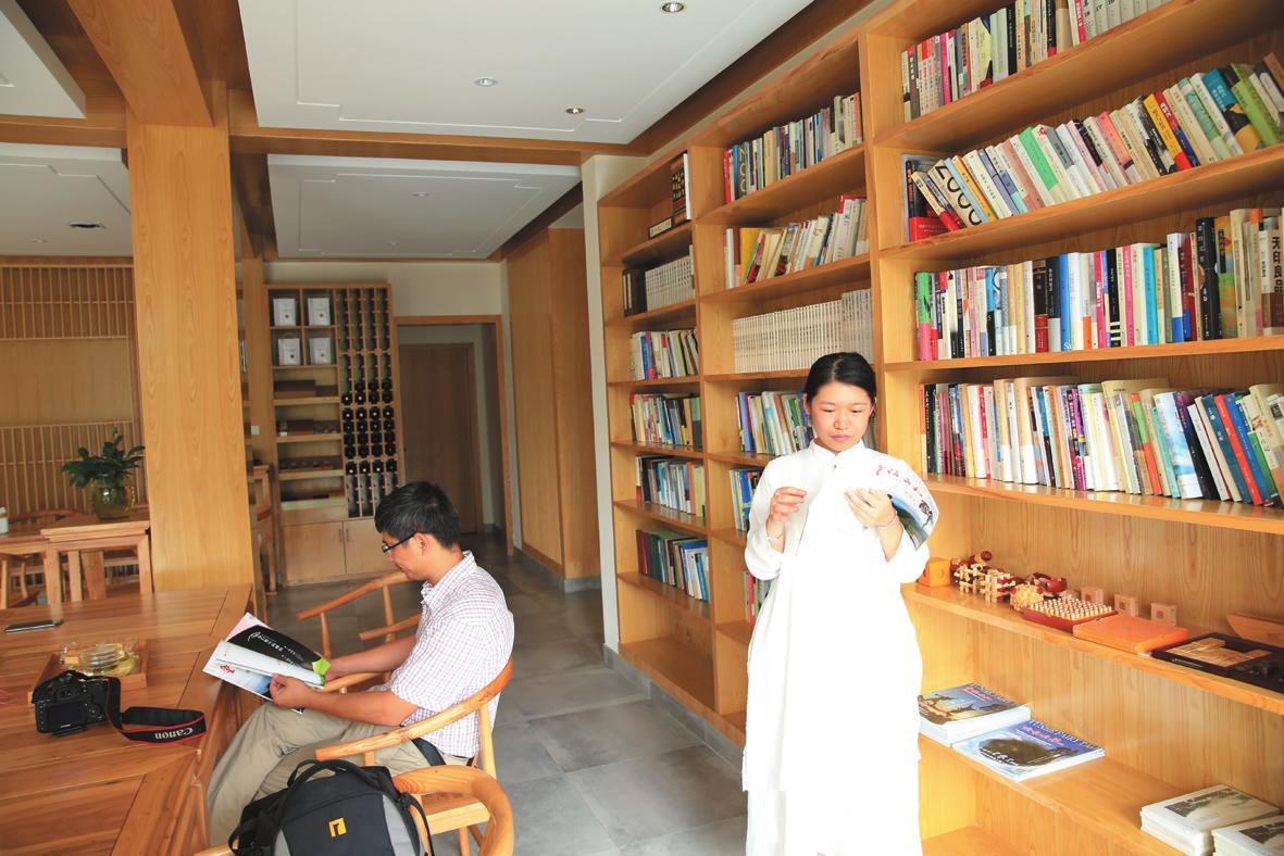 游客在云谷山房阅读书籍