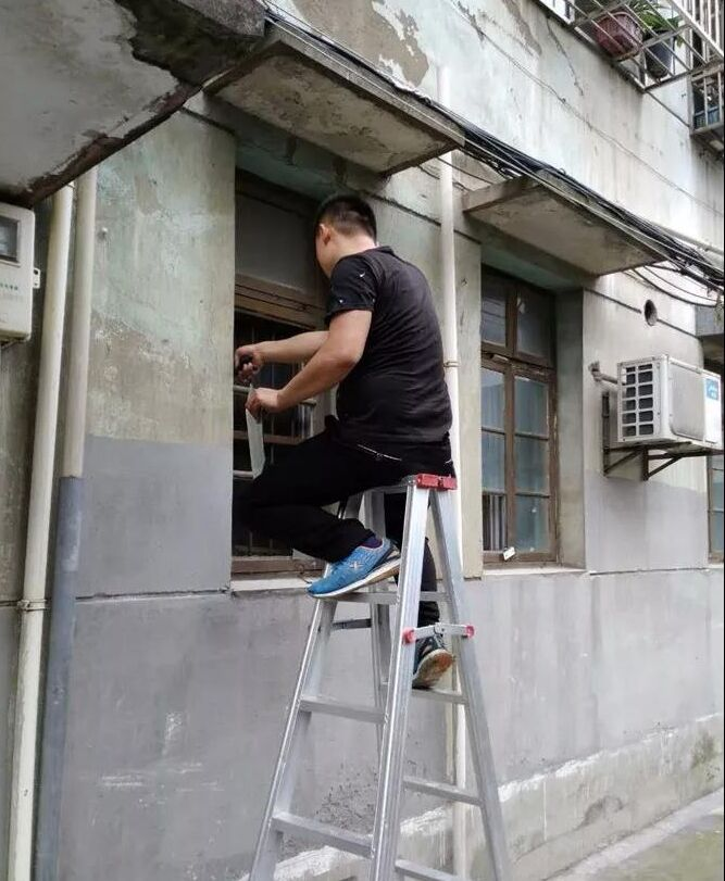 免费为居民更换破损玻璃窗