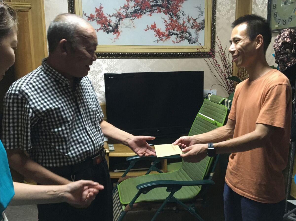 社保中心企退办工作人员来东南社区慰问企退人员