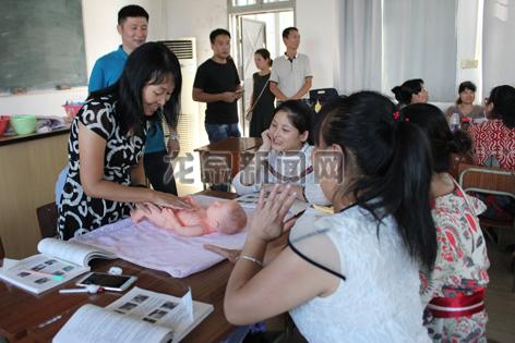 市人力社保局举办一次为期8天的育婴师技能培训班