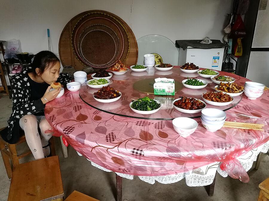 《团圆饭》 中秋节,煤山镇新槐火车站家属区,丰盛的饭菜已经做好,