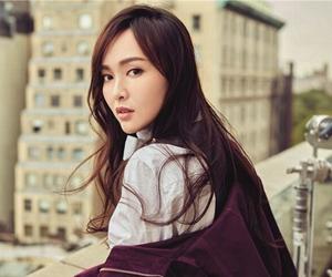 唐嫣登杂志封面展时髦范 酷帅有型极具质感
