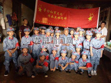 市实验小学三(10)班七色花中队的孩子们慰问抗战老兵
