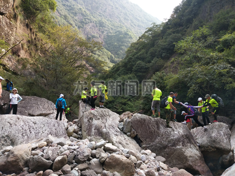 国庆期间,一群旅友在穿越石马峡