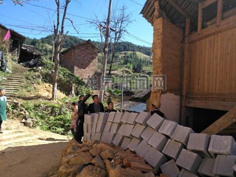 龙南乡工作人员对辖区内危旧房改造工作开展督查行动