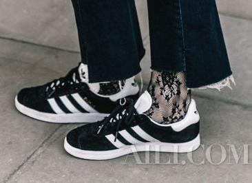 时髦icon脱下了高跟鞋 又换上了运动鞋