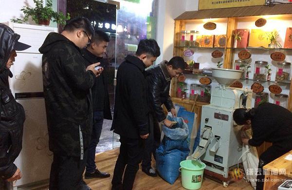 糙米机前站满人 乡愁米饭香山城