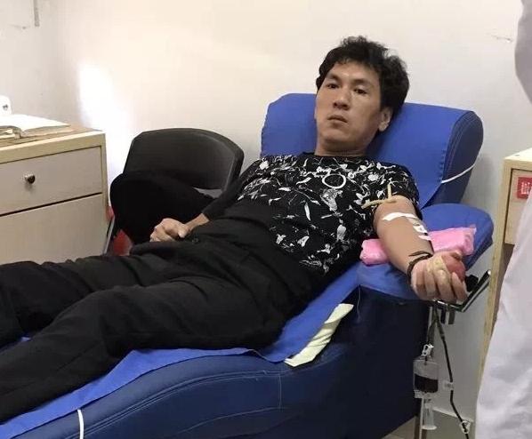 """温州有位""""熊猫侠""""村支书 十本献血证记录他的公益人生"""