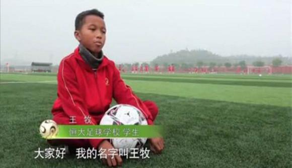 轰动足球圈!温州14岁中非混血儿,踢进国足集训队!球迷:国足新希望!