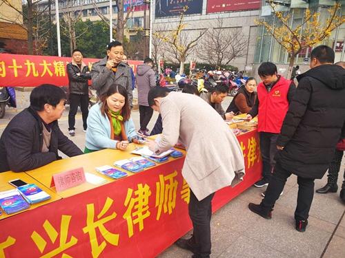 龙山司法所联合多部门开展国家宪法日宣传(图