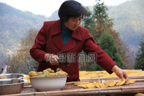 住龙镇水塔村的村民制作农产品