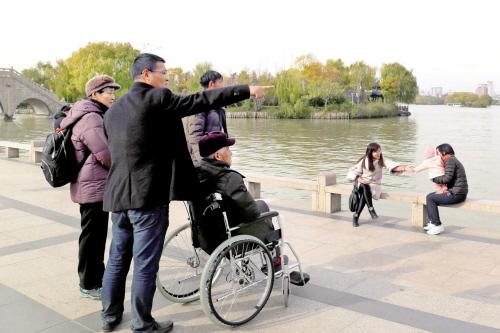 上海市民陪老父亲游南湖