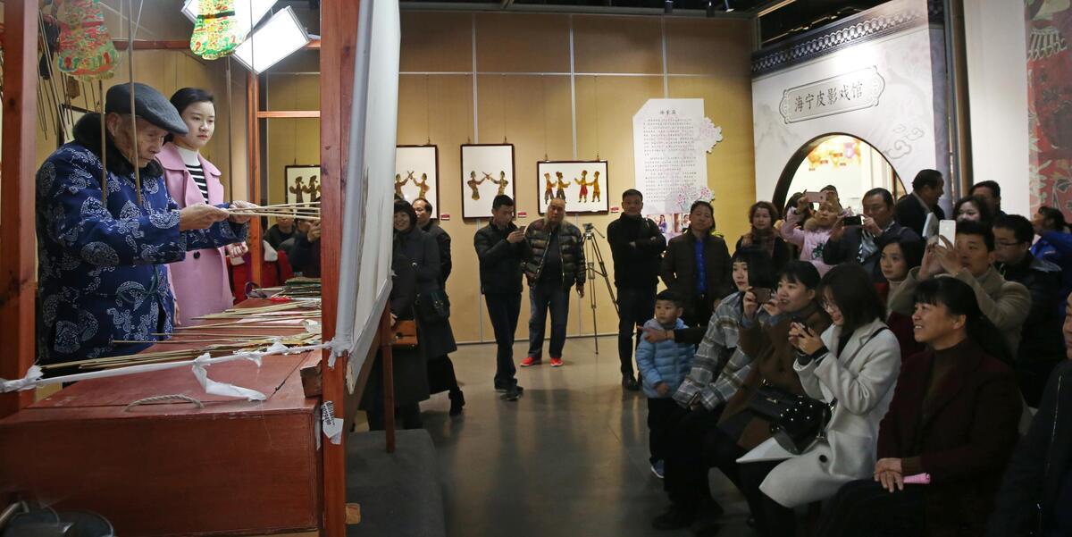 围观!市文化馆展出500余件海宁皮影戏影偶