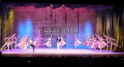 俄罗斯莫斯科国立芭蕾舞团在龙泉大剧院为市民带来了著名的芭蕾舞剧《天鹅湖》