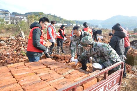 竹��畲族乡志愿服务队深入盖竹村开展拆破拆旧活动