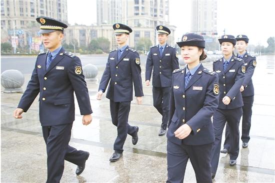 综合执法_12月28日,区综合行政执法局执法队员展示新式制服.