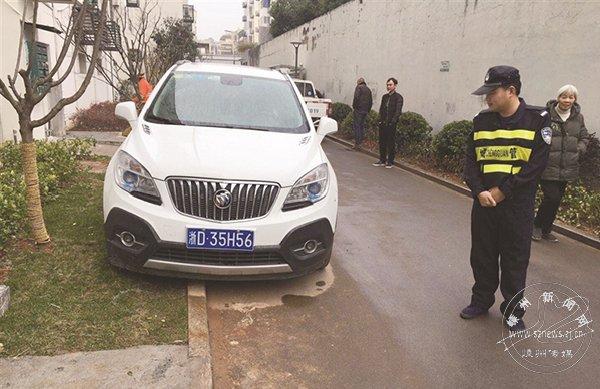 城北里小区:车子停上绿化带