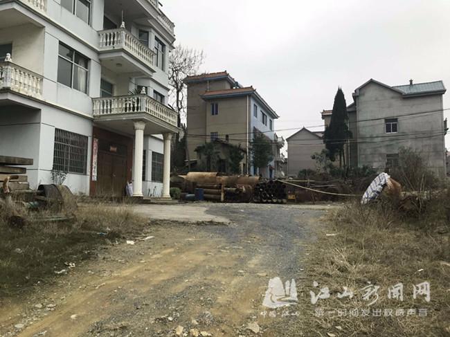 221省道虎山街道段杂物乱堆放