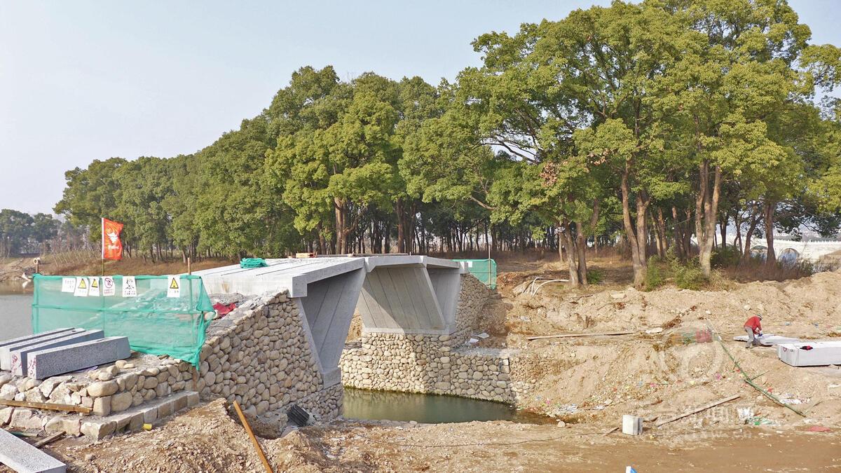 始丰湖空腹式三折边牮桥架设成功