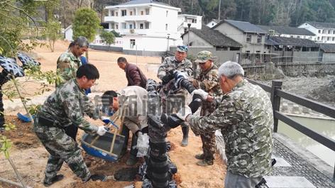河里村组织群众安装新购置的健身器材