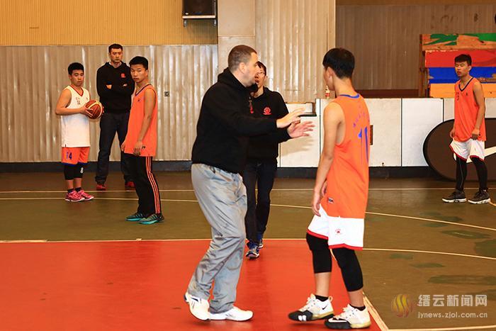 篮球国手丁锦辉回母校指导篮球训练