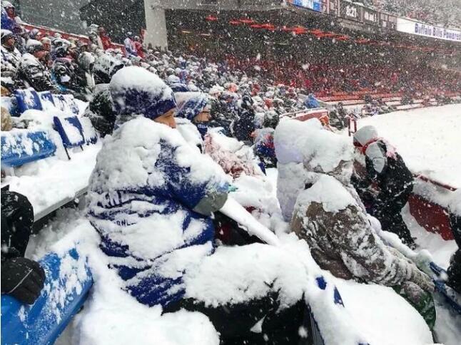 北美人民在暴风雪里快扛不住了!