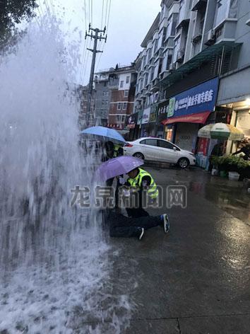 大沙佳佰惠超市附近一消防栓被汽车撞坏,导致大量自来水喷涌而出