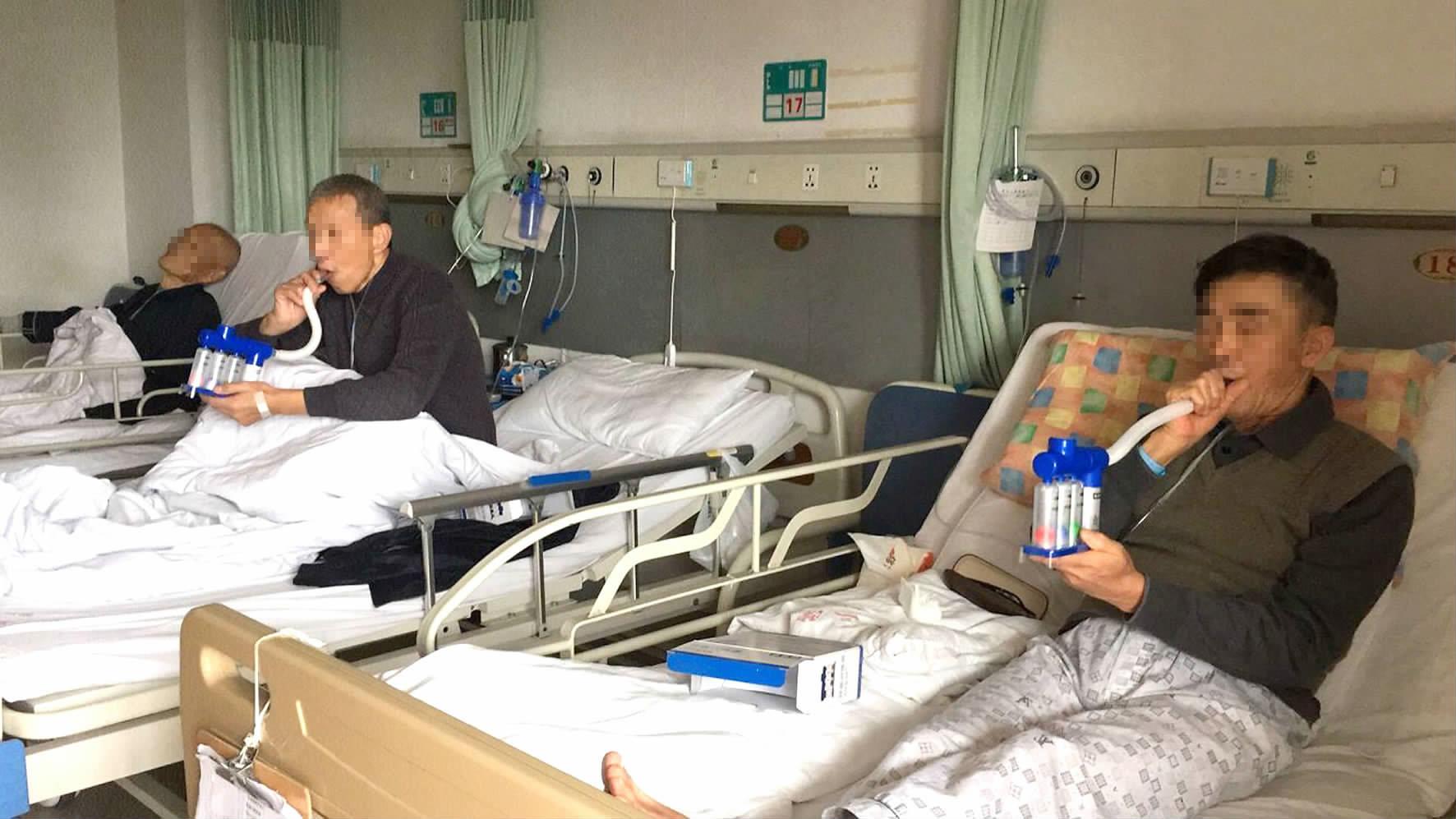 圖為住院患者正在使用呼吸訓練器.圖片