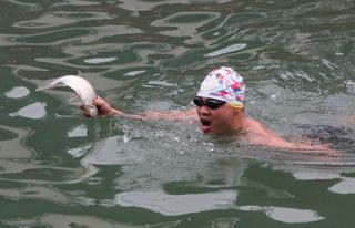 县冬泳协会举行水上趣味赛