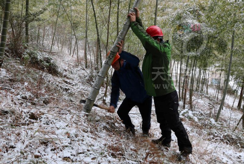 供电:破冰抢修为山村留守老人送温暖