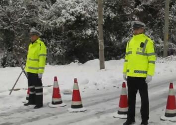 交警提醒:道路湿滑 谨慎行车
