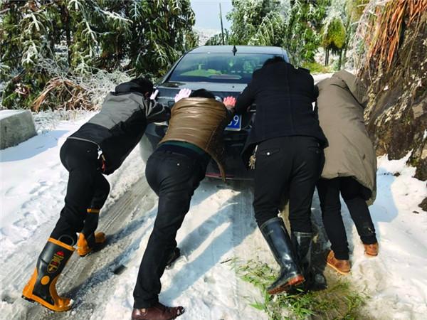 乡干部破冰踏雪进村送温暖
