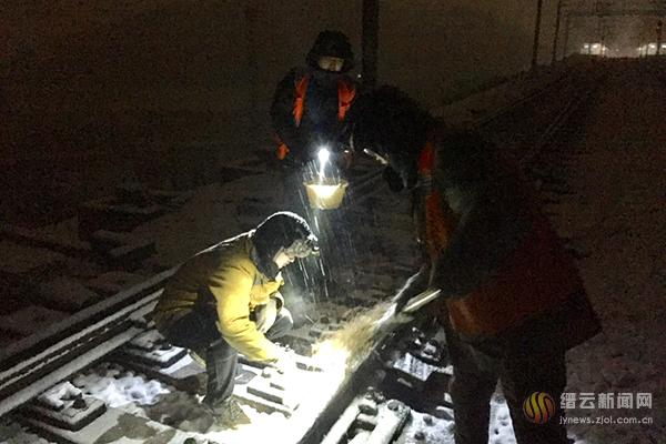 雪夜清雪 确保高铁安全畅通