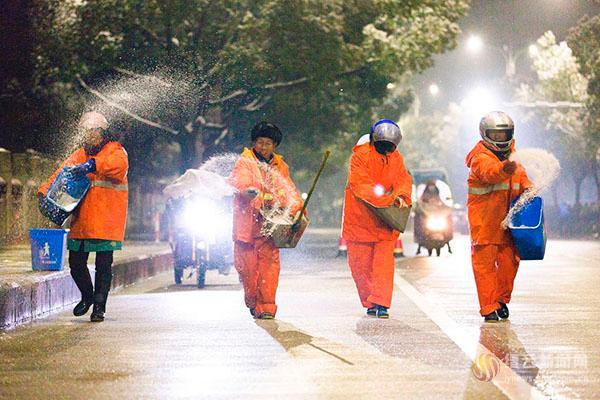 两百环卫工人连夜除冰 感动全城