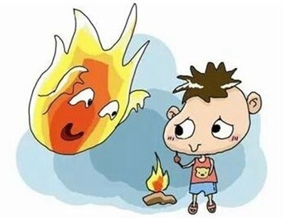 小孩玩火引发火灾 警方提醒避免小孩接触易燃物品