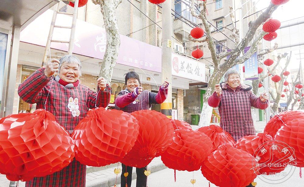 临近春节 大红灯笼挂起来