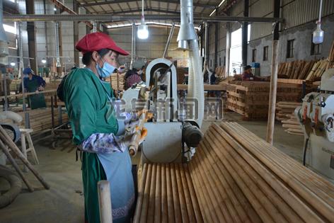 龙泉市亿龙竹木开发有限公司工人在车间内加工产品