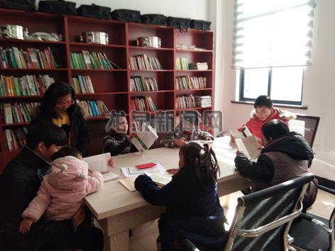 小梅镇半边月村小学生在农家书屋看书学习