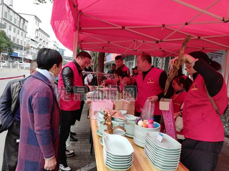 龙泉蚂蚁部落爱心协会举行新年首场爱心义卖活动