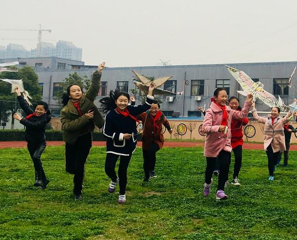 世纪路学校美术课开展制作风筝活动