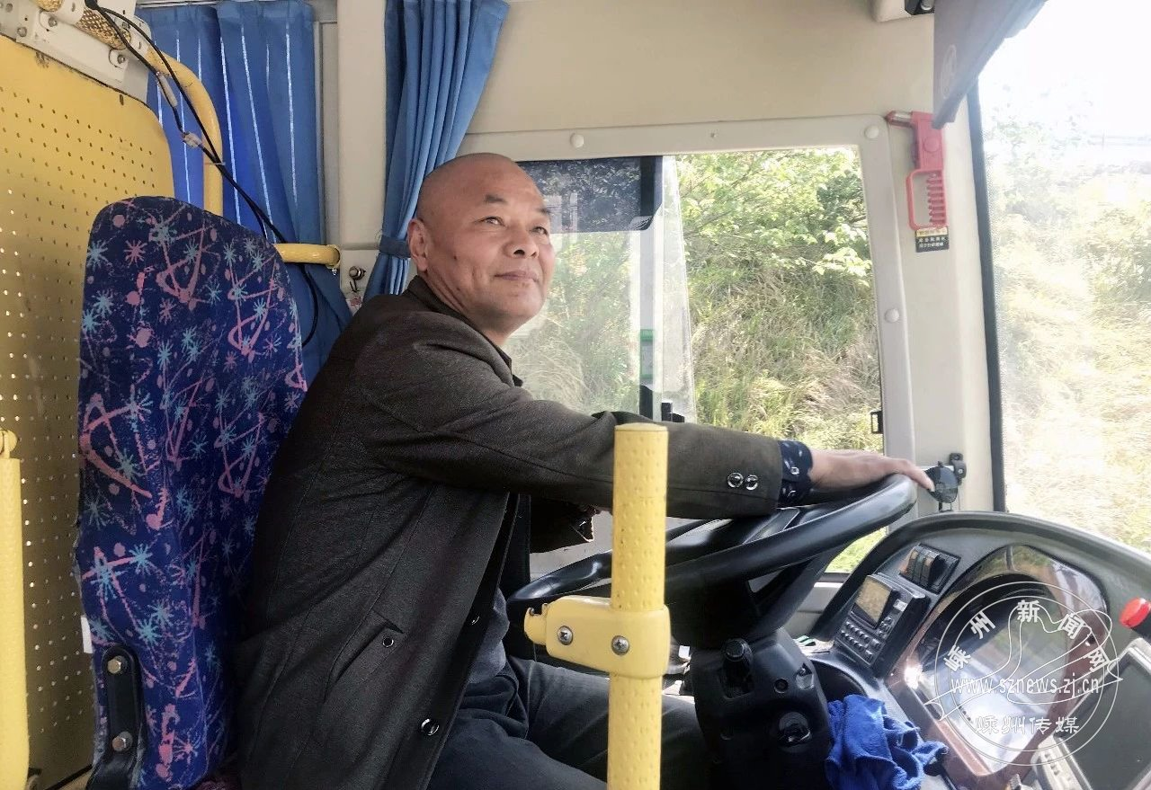 大妈倒地 公交司机开进医院
