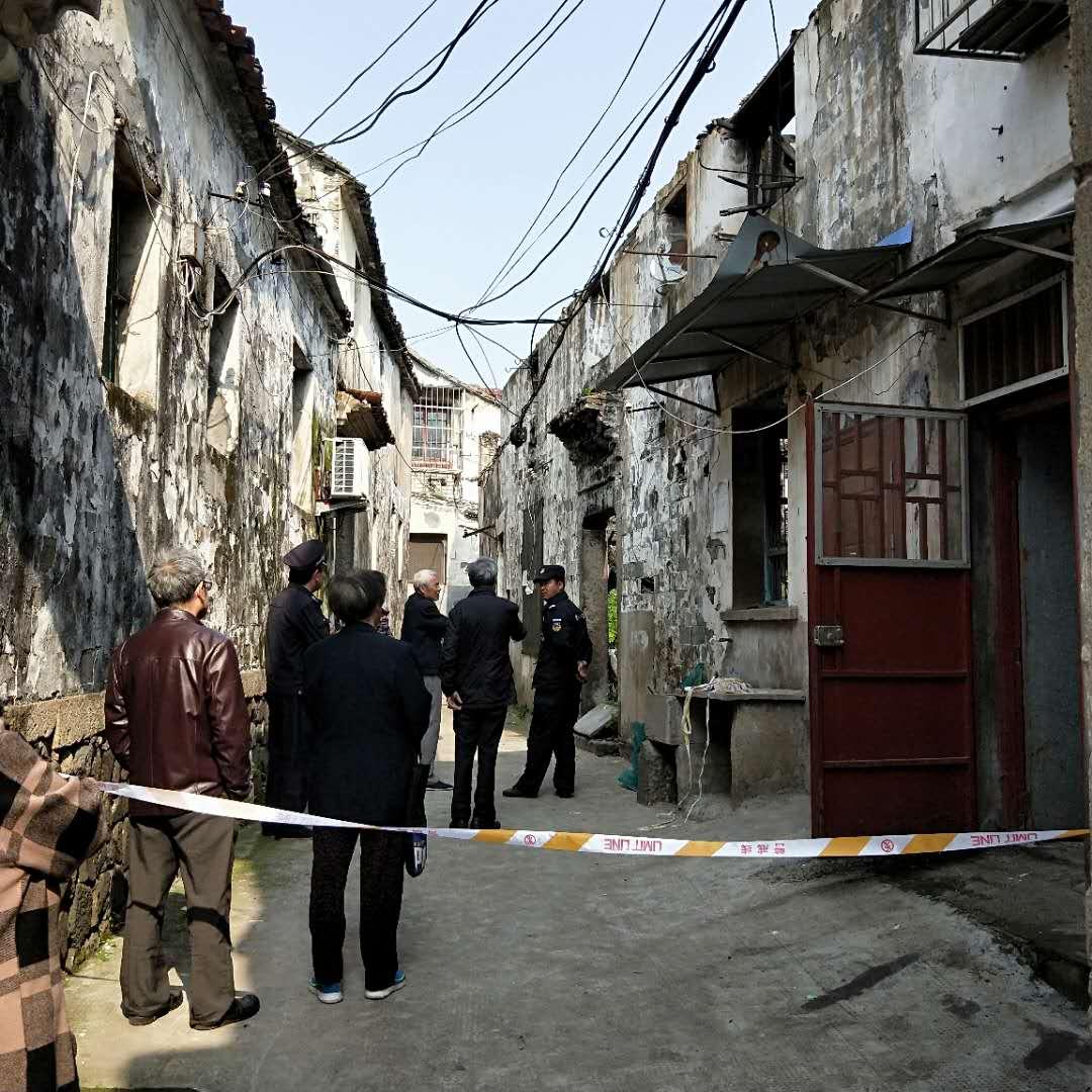 剡湖街道城隍坊社区进行危房拆除
