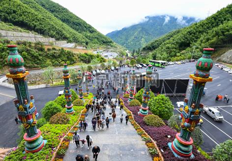 宋城龙泉山景区新开通的缆车项目吸引了不少游客前来体验观光