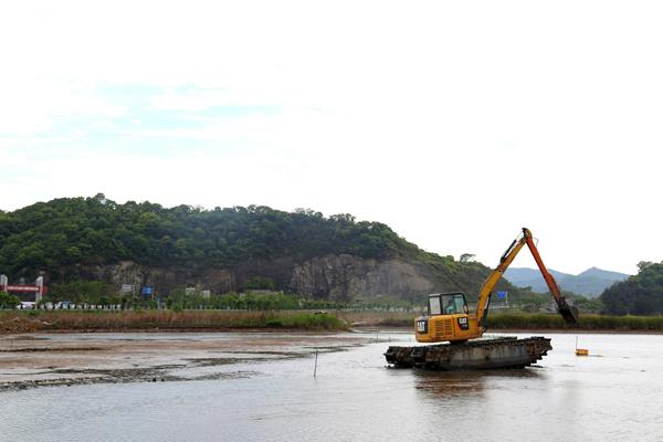 芦浦:清理200多亩非法养殖围塘
