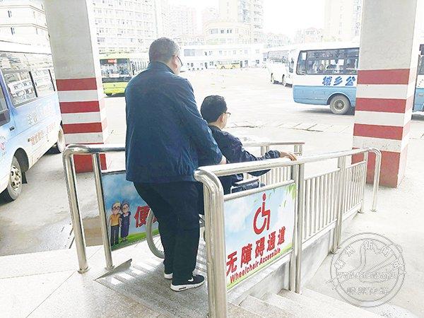 城乡公交西站安装无障碍通道