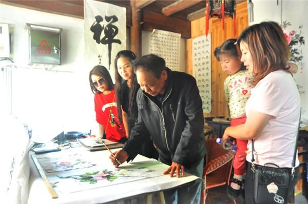 书画家进驻龙游民居苑景区为游客现场创作