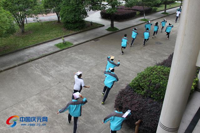 庆元/在第二次警报拉响后,各班同学依据疏散演练方案布置,按规定的...