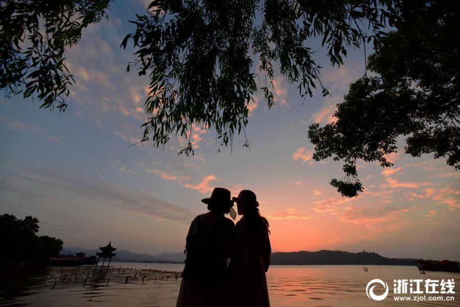 杭州持续晴朗 西湖彩霞满天
